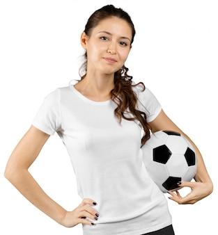 Hermosa adolescente sonriente con balón de fútbol