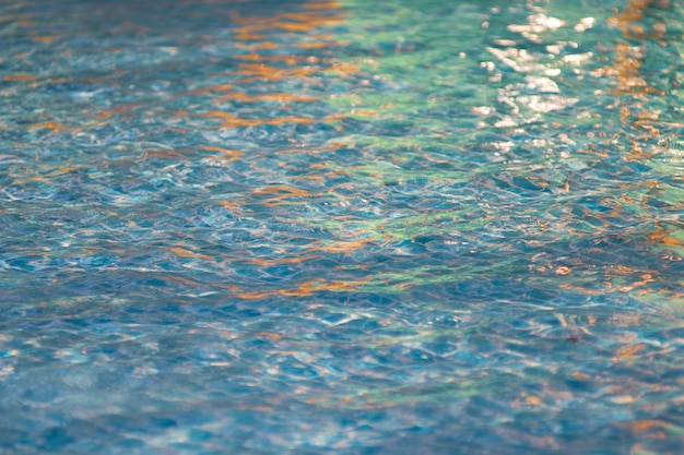 Hermosa agua azul en la piscina