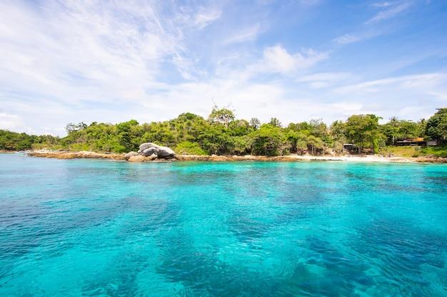 Hermosa agua de mar turquesa clara