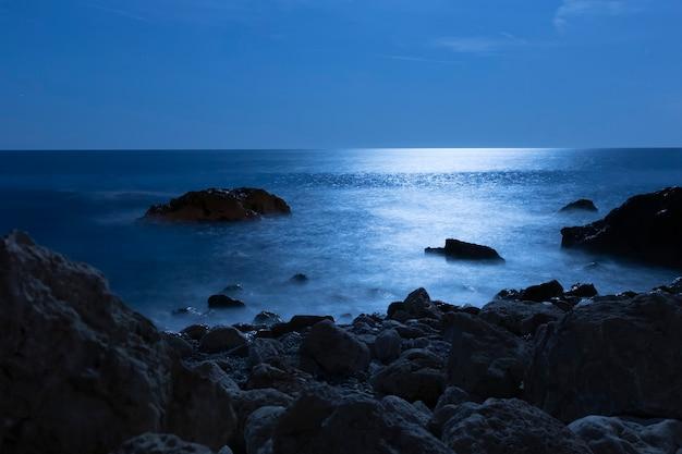 Hermosa agua del océano desde el ángulo costero