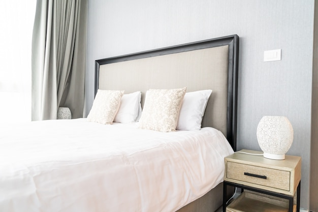Hermosa almohada en la cama decoración en la habitación de la cama