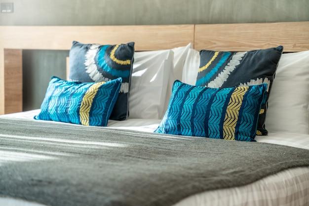 Hermosa almohada en la cama en el dormitorio