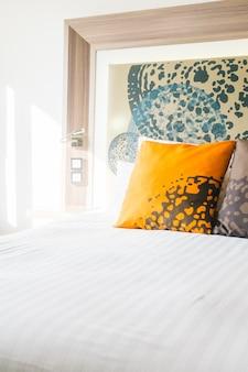 Hermosa almohada en la cama