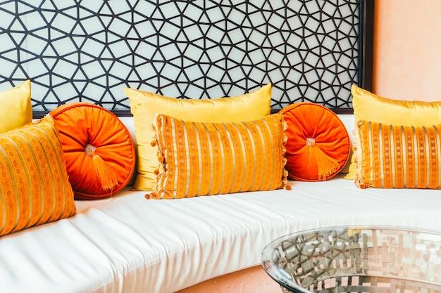 Hermosa almohada de lujo en el sofá