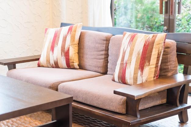 Hermosa almohada en el sofá
