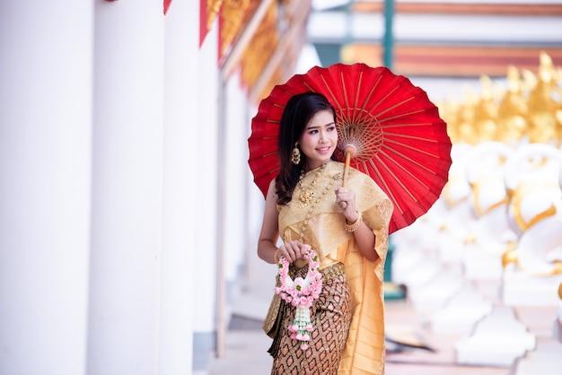 Hermosa asiática con expresión de bienvenida. belleza fantasía mujer tailandesa.