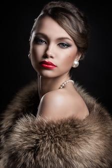 Hermosa y atractiva mujer con pieles