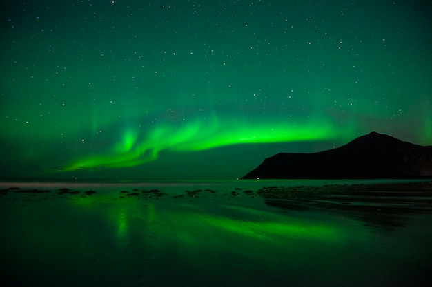 Hermosa aurora boreal en las islas lofoten