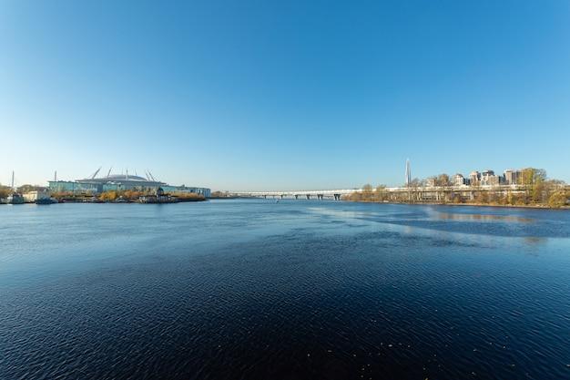Hermosa bahía en un día soleado en san petersburgo, rusia.