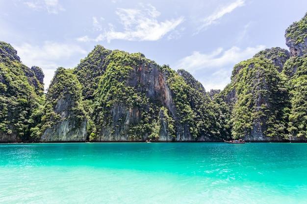 Hermosa bahía de la isla tropical en la isla de phi phi leh en día soleado, provincia de krabi, tailandia