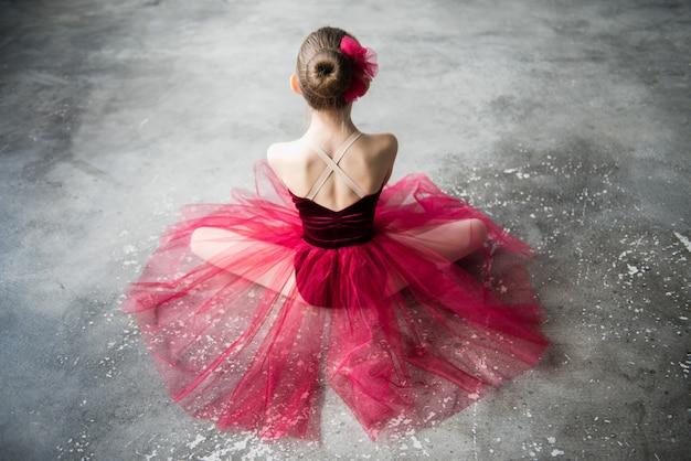 Hermosa bailarina desde atrás