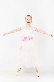 Hermosa bailarina de ballet aislada en blanco