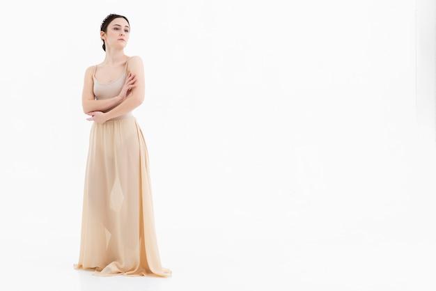 Hermosa bailarina de ballet posando con espacio de copia