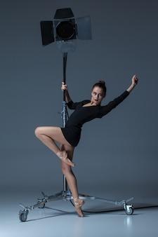Hermosa bailarina posando en azul oscuro