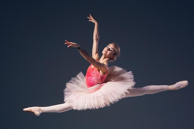 Hermosa bailarina sobre un fondo gris