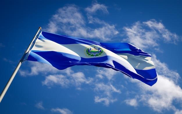 Hermosa bandera del estado nacional de el salvador ondeando en el cielo azul