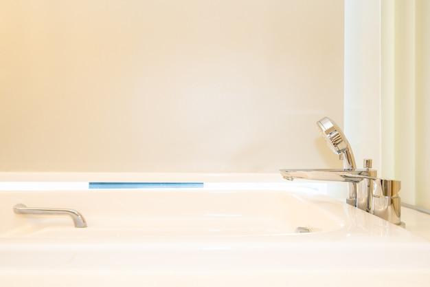 Hermosa bañera blanca con decoración interior de baño.