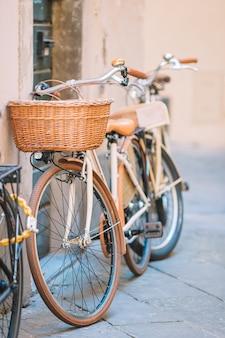 Hermosa bicicleta vintage cerca de la casa