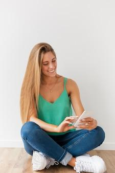 Hermosa blogger usando dispositivos móviles
