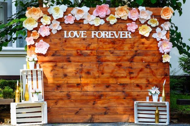 Hermosa boda arco de madera.