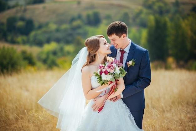 Hermosa boda caminar en la naturaleza ucrania sumy