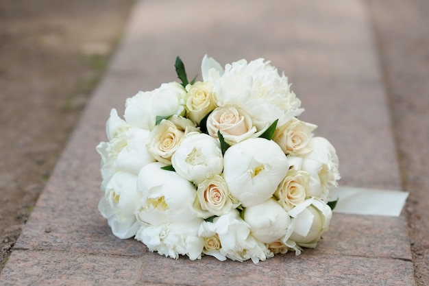 Hermosa boda ramo de flores al aire libre