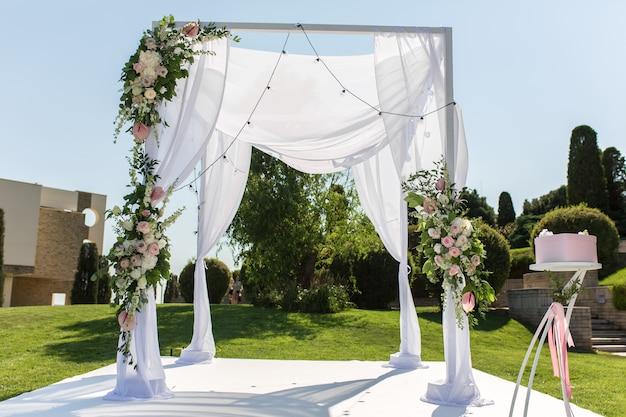 Hermosa boda saliente establecida. judío hupa en ceremonia de boda romántica. decoración de la boda