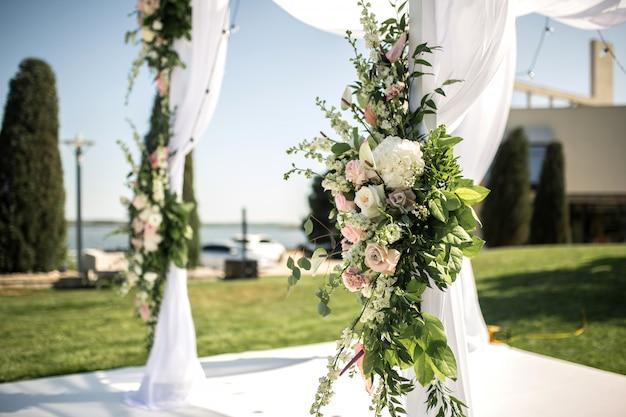 Hermosa boda saliente establecida. judío hupa en ceremonia de boda romántica