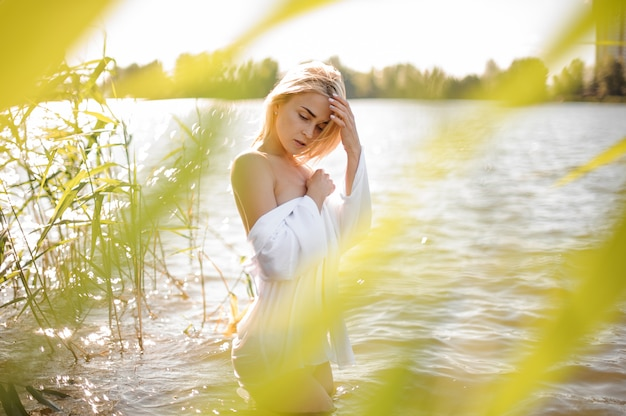 Hermosa y caliente mujer rubia en agua