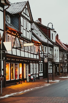 Hermosa calle de la ciudad europea decorada para navidad.