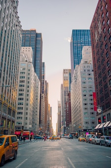 Hermosa calle de la ciudad de nueva york y estados unidos, 01 de enero de 2018 en manhattan, ciudad de nueva york.