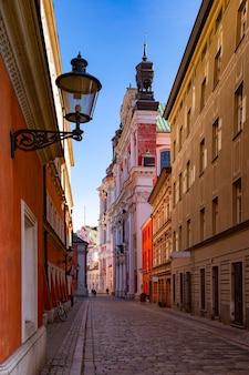 Hermosa calle estrecha en el casco antiguo de poznan