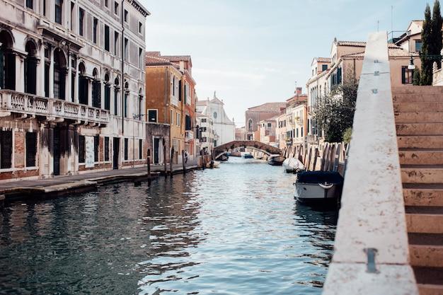Hermosa calle veneciana en día de verano, italia