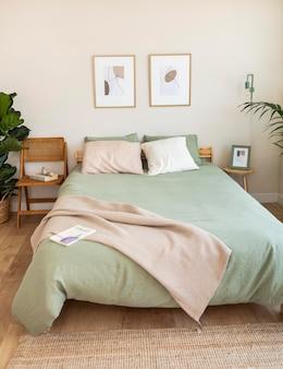 Hermosa cama en medio del dormitorio.