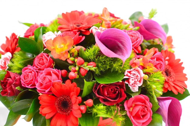 Hermosa canasta de flores sobre una mesa. hermoso ramo de flores de colores