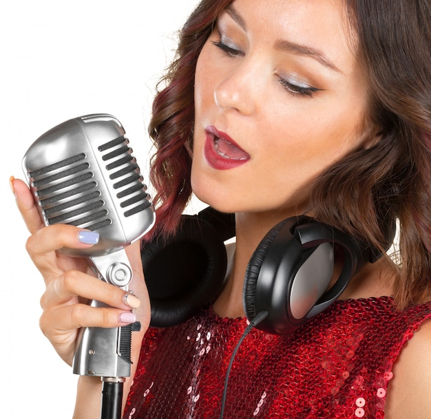 Hermosa cantante cantando una canción