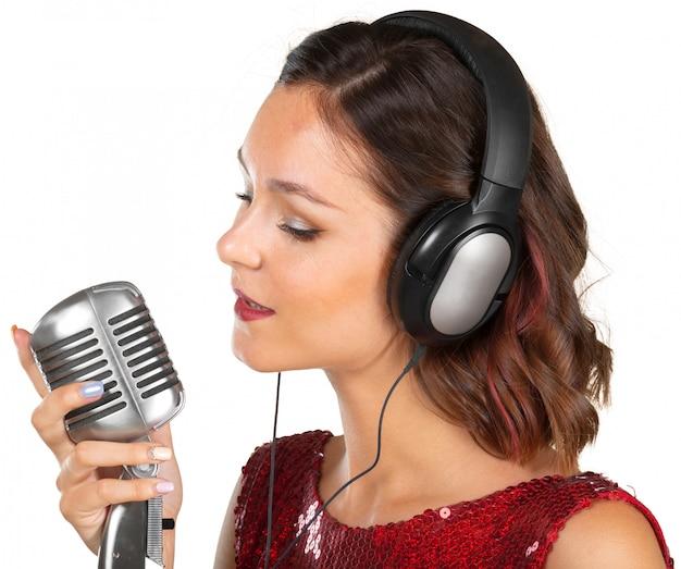 Hermosa cantante cantando una canción.