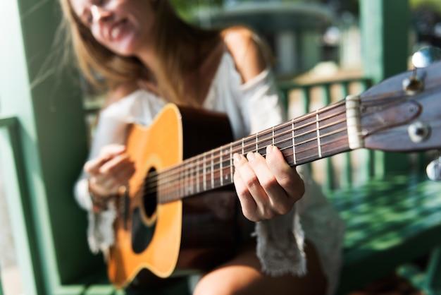 Hermosa cantautora con su guitarra.