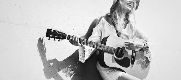 Hermosa cantautora tocando una guitarra