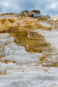Hermosa capa de aguas termales, mammoth aguas termales parque nacional de yellowstone