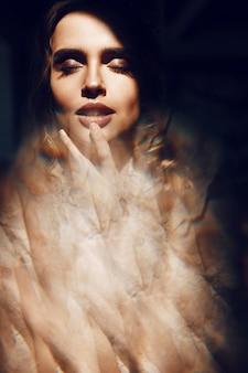 Hermosa cara de mujer rubia con labios sensitivos