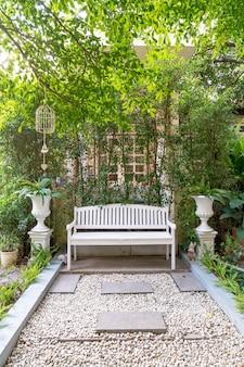 Hermosa carpa blanca y decoración de campamento en casa jardín.