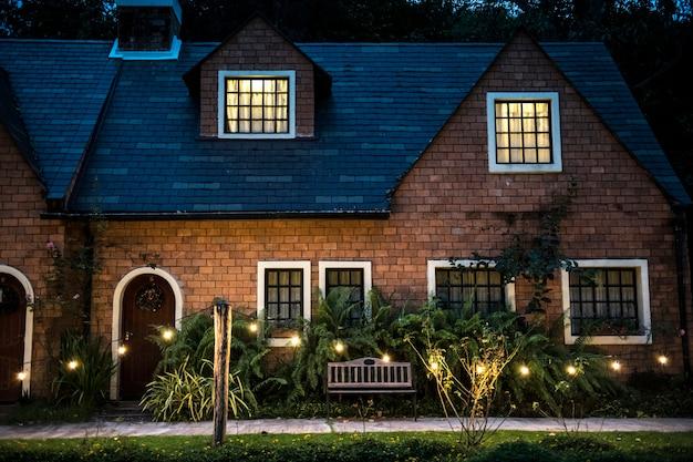 Hermosa casa de ladrillo rojo con luces decorativas
