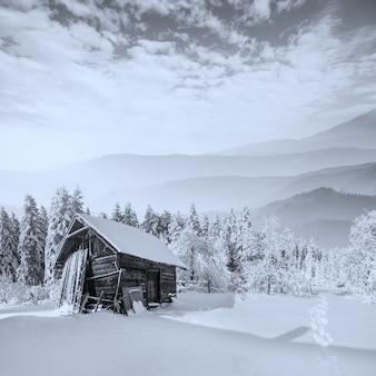 Hermosa casa de madera en invierno