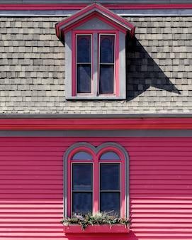 Hermosa casa de madera rosa y gris