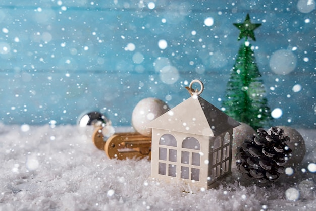 Hermosa casa de navidad con abeto tres sobre fondo de madera nieve