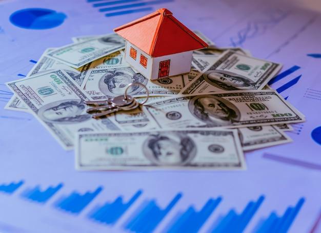 Hermosa casa de pie en billetes de 100 dólares. gastos de la casa o concepto de inversión.