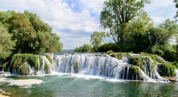 Hermosa cascada de agua caída