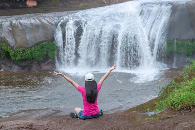 Hermosa cascada en el bosque lluvioso en la provincia de bueng kan, tailandia