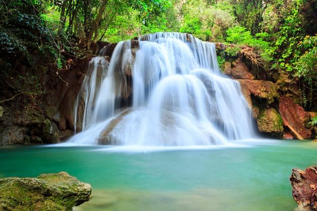 Hermosa cascada en bosque profundo